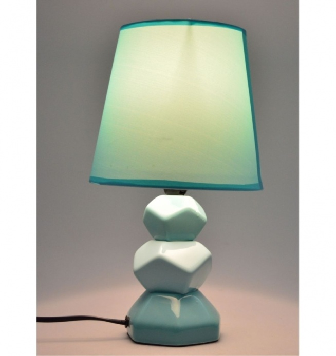 Lampa stołowa nocna ceramiczna turkusowa  30, 5 cm geometryczna  . Klosz lampy tkanina + pcv w kolorze turkusowym. Podstawa lampy turkusowa w różnych odcieniach - kanciasta. Lampa na mały gwint E14 max 40 W. Kabel długości ok 1,2 m. Wysokość 30,5 cm Szerokość 17 cm Materiał ceramika Kolor turkusowy Przeznaczenie lampy