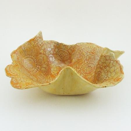 Serweta czy misa?. Ceramiczny wyrób rękodzielniczy. Niepowtarzalny kształt i wzór. Ceramiczna misa z białej gliny bez szamotu - bardzo dekoracyjna z wytłoczeniami koronkowymi wewnątrz. Nadano wytłoczeniom lekki żółto pomarańczowy kolor. Cała misa szkliwiona. Duża i bardzo efektowna, niepowtarzalna, pojemna, na owoce może na ....