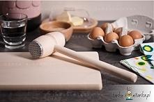 Z pomocą tłuczka od renomowanego polskiego producenta przygotujesz ulubione dania mięsne, takie jak tradycyjne kotlety schabowe, roladki wołowe z boczkiem i ogórkami kiszonymi a...