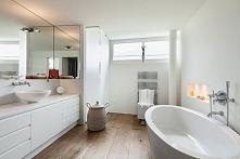 Piękna nowoczesna łazienka z dodatkiem drewna