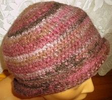 Oferuję damski kapelusz zrobiony na szydełku.Kapelusz zrobiony z wysokiej jakości włóczki .włóczka to 100 % wełna.Kolor melanżowy i jest lekko filcowany,gdzie kapelusz wygląda efektownie.Zrobiłam z podwójnej włóczki,dzięki czemu kapelusz jest sztywniejszy,stabilniejszy i możemy sobie rondo kapelusza wyginać.Rozmiar to 65 cm obwodu.Pięknie się prezentuje i jest idealny na chłodne dni.Zapraszam Państwa do zakupu
