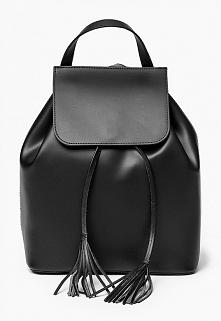 Czarny plecak damski ze skóry z ozdobnymi frędzlami