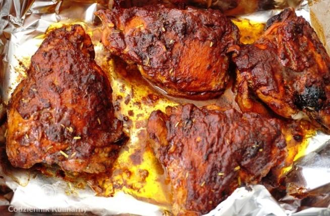 Afrykańskie pieczone udka z kurczaka.