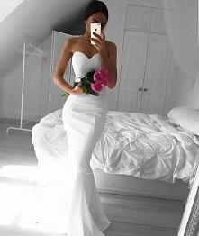 Przylegająca do ciała suknia