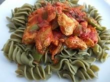 Makaron z młodym jęczmieniem z kurczakiem i warzywami w sosie pomidorowym :)