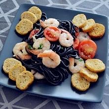 Czarny makaron z krewetkami, pomidorkami koktajlowymi i czosnkiem.   Składnik...