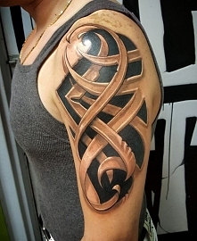tribal tatuaż na ramieniu