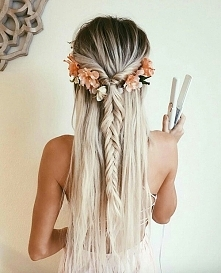 Warkocz i kwiaty we włosach
