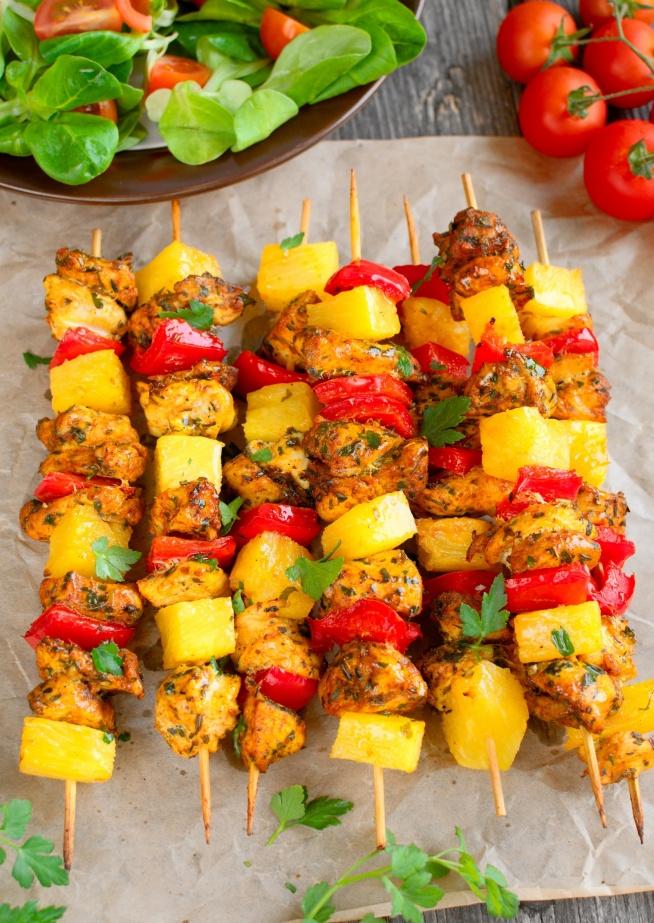 Szaszłyki z ananasem i kurczakiem, przepis po kliknięciu w zdjęcie.