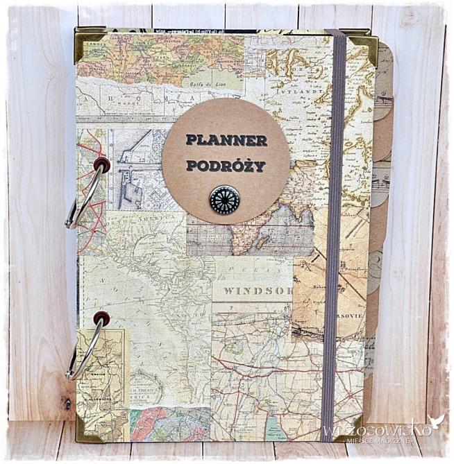Unikatowy niezbędnik Podróżnika - Planner Podroży, który pomoże zaplanować i przeżyć wymarzoną podróż a później pozostanie jako piękna pamiątka i album z podróży. Znajdziecie tam 9 przekładek, które pomogą zaplanować i przeżyć podróż - począwszy od planów - co, gdzie, kiedy, adresów, listy niezbędnych do zabrania rzeczy, poprzez pamiętnik podróży by spisać wszystkie niezwykłe przygody, które nas spotkały, kieszonkę na ulotki, bilety, mapy, miejsca na najfajniejsze zdjęcia, aż po...plany na kolejną niezwykłą wyprawę :) Planner posiada również kalendarz na 3 lata (2017,2018,2019). Wszytko zapiszecie na 100 specjalnie zaprojektowanych kartkach, które możecie dowolnie przekładać - możecie również dodać swoje, można dokładać karty z przewodników, wydrukowane informacje - planner jest na otwieranych kołach (jak segregator). W planowaniu i przeżywaniu Waszych podróży ogranicza Was więc tylko...wyobraźnia ;) Planner wykonany od podstaw ręcznie - 100 % hand made! Wykonany wedle autorskiego projektu. Dostępny na e-wrzosowisko.pl