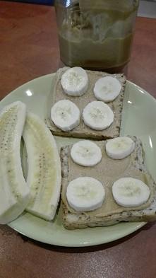 Moja przekąska :-) tosty z masłem orzechowym własnej roboty i banan