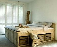 Łóżko z palet ze skrzynkami