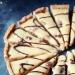 CIASTO 250 g mąki 150 g zimnego masła (lub 130 g masła i 20 g smalcu) 4 łyżki cukru pudru mała szczypta soli 1/2 łyżeczki proszku do pieczenia 1 jajko MASA KAJMAKOWA 200 g orzechów włoskich 1 litr śmietanki kremówki 36% (z kartonika) 1 szklanka cukru POLEWA CZEKOLADOWA 50 g czekolady deserowej 1 łyżka oleju roślinnego CIASTO Mąkę wsypać do miski, dodać cukier puder i pokrojone w kosteczkę zimne masło, smalec, sól oraz proszek do pieczenia. Zmiksować mikserem przez około minutę aż powstaną drobne okruszki ciasta (lub rozcierać dokładnie palcami lub siekać na stolnicy). Dodać jajko i jeszcze przez chwilkę miksować lub zagniatać ręką, aż ciasto zacznie łączyć się w większe kawałki. Złączyć je wszystkie w jednolitą kulę, rozpłaszczyć na placek i włożyć do lodówki na około godzinę. Piekarnik nagrzać do 190 stopni C. Ciasto rozwałkować delikatnie podsypując mąką. Wyłożyć spód i boki 26 cm formy. Spód podziurkować widelcem. Okryć wierzch i boki folią aluminiową i wysypać obciążenie (np. suchą fasolę - do wielokrotnego wykorzystania). Wstawić do piekarnika i piec przez 15 minut, następnie zdjąć folię z obciążeniem, ustawić 180 stopni C i piec na złoty kolor przez ok. 13 minut. Wyjąć, ostudzić. MASA KAJMAKOWA W szerokim garnku z grubym dnem (dobrej jakości, który nie przypala) umieścić śmietankę i cukier. Zagotować co chwilę mieszając rózgą. Zmniejszyć ogień i gotować bez przykrycia przez około 35 minut co chwilę mieszając rózgą aby nie robiły się grudki. Masa ma lekko bulgotać. Na koniec masa ma zmniejszyć objętość o około połowę, zgęstnieć i nabrać słomkowej barwy. Uważać aby nie przypalić masy. Ostudzić i schłodzić. TARTA Orzechy włoskie lekko podprażyć na suchej patelni. Wyłożyć na spód formy. Zalać ostudzoną masą i odstawić w zimne miejsce na minimum 2 godziny aż masa zastygnie. Udekorować polewą (roztopić połamaną na kosteczki czekoladę z dodatkiem oleju). Ciasto można długo przechowywać w miarę chłodnym miejscu.