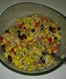 Sałatka na kolacje :) mniam :). Ryż, tunczyk, groszek, czerwona fasola, kukurydza, szczypiorek, czerwona papryka. I to wszystko wymieszać i Gotowe!!! :)