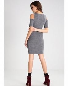 Sukienka ze zmysłowymi wycięciami na ramionach to fason będący absolutnym hit...