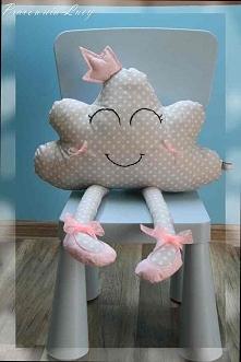Chmurka baletnica szer.ok. 47 cm wys. ok.68 cm  materiał: bawełna, mulina dekor wypełnienie: kulka silikonowa  Uroczo szaro-różowa :))