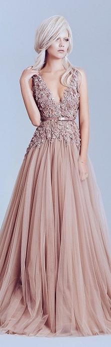 Długa elegancka pudrowa sukienka