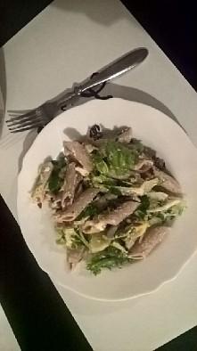 Mój prywatny kucharz serwowal ♥   Zdrowo !  sałatka z makaronem , serem feta,  prazonym słonecznikiem,  czerwona cebula , roszponka, rukola,  pietruszka i oliwa z oliwek ♥