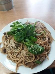 Pełnoziarniste spaghetti i sosem grzybowym, grzybami leśnymi, szpinakiem i pa...