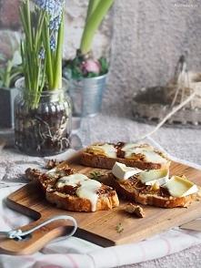 Tosty z karmelizowaną cebulą, dżemem i brie / Caramelised onion, jam and brie...