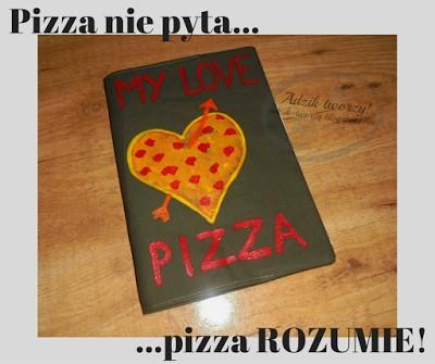 Dla prawdziwych wielbicieli pizzy - specjalna, szyta i ręcznie malowana zakładka na zeszyt. Taka okładka jest w dodatku do wielokrotnego użytku! :)   Więcej po kliknięciu w zdjęcie oraz na adzik-tworzy.blogspot.com  I pamiętajcie - Pizza nie pyta, pizza rozumie! ;)