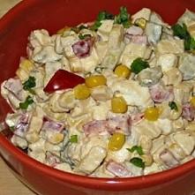 Sałatka z fetą - przepisy kulinarne - SKŁADNIKI  1/2 opakowania sera feta (ok.14 dag) 1 czerwona papryka mała puszka kukurydzy 3 ogórki konserwowe 1 jabłko 2 łyżki majonezu pie...