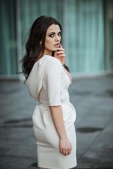 Elegancka sukienka z dekoltem na plecach.