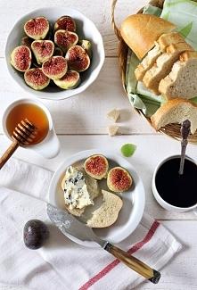 Grzanki z figami, serem pleśniowym i miodem  Przepis znajdziecie na naszej stronie ;)