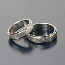 Obrączki ślubne z tantalu i palladu. Piękne i oryginalne obrączki pochodzą z pracowni Inne Obrączki i są dziełem Andrzeja Bielaka