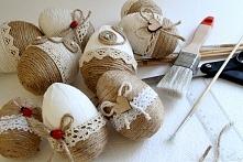 na stole - jajka wielkanocne, pisanki ręcznie zdobione - wzory folkowe, bardzo klimatyczne :))