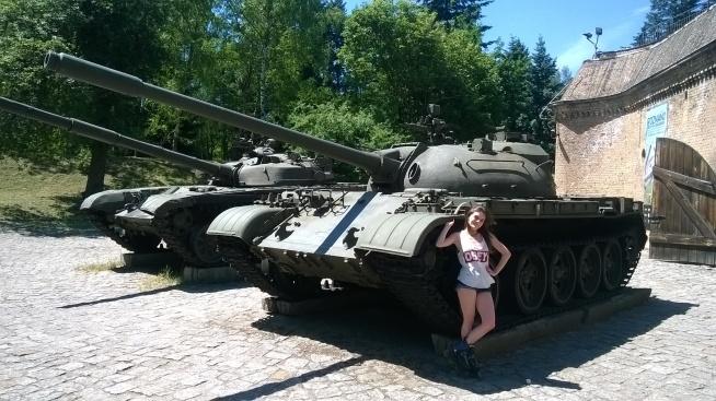 Kto powiedział, że czołgi są dla facetów? Osobiście znam wiele kobiet, które lubią militaria, a ja jestem na czele - Badass girl.