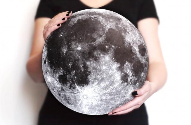 Dekoracja KSIĘŻYC Imitacja księżyca do powieszenia na ścianie. Wykonana z płyty o grubości 5mm z nadrukiem cyfrowym.