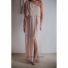 Długa szyfonowa asymetryczna sukienka na jedno ramię w kolorze nude