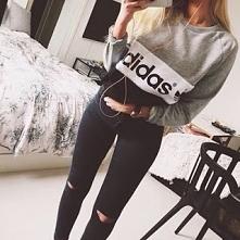 Bluza adidas i czarne spodnie z dziurami i wysokim stanem :))