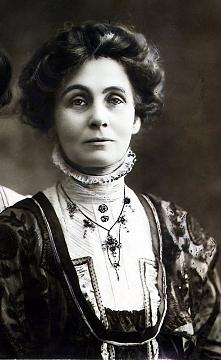 Emmeline Pankhurst - najbardziej znana przedwojenna działaczka na rzecz przyznania prawa wyborczego kobietom. to dzięki niej dzisiaj możemy mieć wpływ na nasz kraj :)