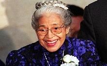 Rosa Parks była działaczką ruchu na rzecz praw ludności czarnej, której historia pokazuje nam jak bardzo, w naszej historii, cierpiały nie tylko kobiety, lecz również wszyscy ko...