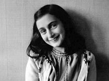 Młoda kobietka - Anna Frank - której dziennik opisywał ponad dwuletni pobyt w ukryciu jej rodziny, podczas nazistowskiej okupacji Holandii. Polecam wszystkim, zwłaszcza młodym k...
