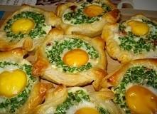 Składniki: 6 jajek 1 gotowe ciasto francuskie wędlina (lepiej - boczek, bardziej pasuje do jajecznicy) 1 mała cebula 1 mały pęczek szczypiorku 0,5-1 papryka czerwona sól, p...