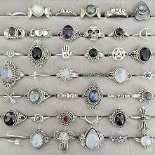 Pierścionki to biżuteria, którą noszę najczęściej. Lubię te o ciekawych kształtach i z kolorowymi kamieniami.