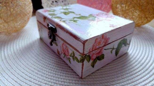 """Jak wykonać efekt postarzania i uczynić zwykłą drewnianą szkatułkę uroczą skarbonką rodem """"po babci""""? Zapraszamy!"""
