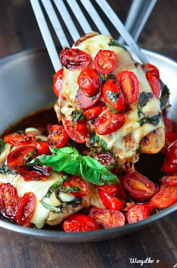 Kurczak caprese pieczony w oliwie...  Piersi z kurczaka oprósz solą, pieprzem, polej oliwą i ułóż w naczyniu do zapiekania. Przykryj je plastrami mozzarelli, połówkami pomidorków koktajlowych, posiekaną, świeżą bazylią i wstaw do piekarnika nagrzanego do temperatury 180 stopni na około 45 minut...