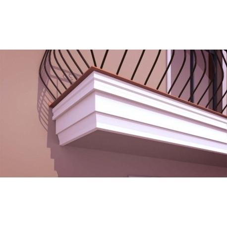 GB01 to zdobiony gzyms balkonowy. Styropianowa sztukateria jest lekka i łatwo montowana. Te gzymsy elewacyjne mogą płynnie przejść  spod balkonu w gzyms pośredni, który optycznie dzieli ścianę na mniejsze segmenty. Doskonale też odprowadza wodę z powierzchni elewacji, dzięki okapnikom. Dekorplanet.pl