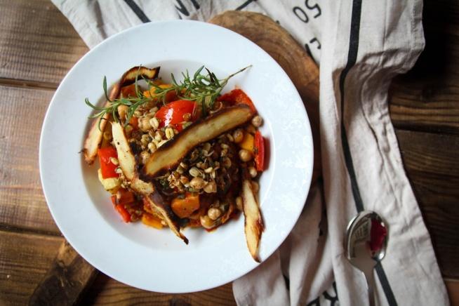 Przepis na obłędnie pyszny i prosty w wykonaniu gulasz wegetariański z kiełkami i chipsami z pasternaku. Musisz tego spróbować!