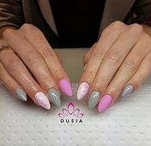Słodkie różowo-szare paznokcie.