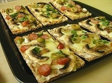 6 kromek pieczywa chrupkiego żytniego tarta mozzarella i cheddar 5 małych pieczarek 1/2 frankfurterki 5 oliwek zielonych szczypiorek na kromkach pieczywa rozkładamy starty ...