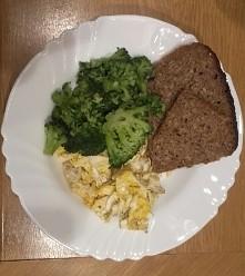Jeden z pierwszych przygotowanych przeze mnie posiłków. Nie ma nic prostszego niż jajecznica (przewaga białek) smażona na oleju kokosowym, do tego chlebek żytni i brokuły.