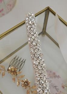 Biżuteryjna, bogato zdobiona opaska ślubna. Idealna do minimalistycznych sukien, które nie mają zbyt wielu zdobień i do takich, które mają w talii pas z kryształków.  Ozdoba ślu...