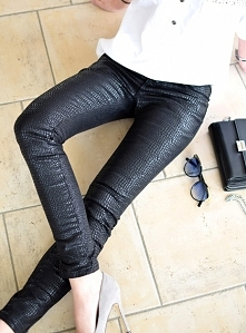 Woskowane spodnie INSPIRE. Unikalne, woskowane spodnie o fakturze skóry węża. Ottanta - sklep online
