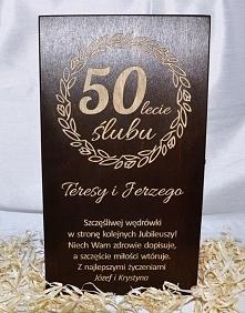 Ciemna grawerowana skrzynka na alkohol, tutaj z okazji 50. rocznicy ślubu. Klienci byli zachwyceni :) Zapraszamy na facebooka: kolektywbialystok