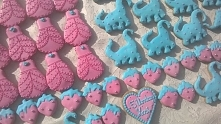 Ciasteczka urodzinowe dla dziewczynki w kolorach błękitu i różu.